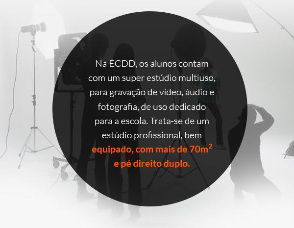 Na ECDD, os alunos contam com um super estúdio multiúso, para gravação de vídeo, áudio e fotografia, de uso dedicado para a escola. Trata‐se de um estúdio profissional, bem equipado, com mais de 70m2 e pé direito duplo.